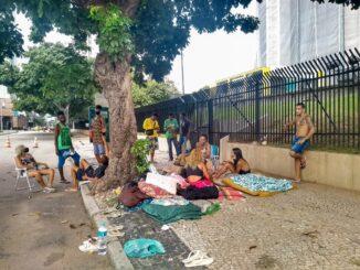 Para cobrar a regularização do benefício, famílias estão acampadas em frente à Prefeitura desde o dia 22 de fevereiro. Foto: Jaqueline Suarez