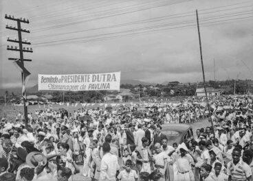 Pavuna é um bairro de trabalhadores negros que, desde sempre, lutam por sua sobrevivência e por direitos. Na foto uma visita do presidente Dutra a Pavuna, na década de 1950.