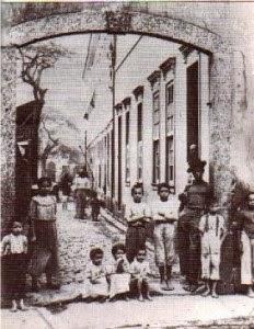 Cortiço é o tipo de habitação comum para a população negra e pobre do Rio no pós-abolição, na virada do século XIX para o XX.