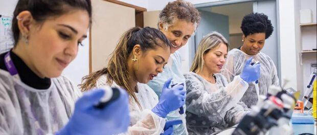 Equipe de pesquisadoras da Faculdade de Medicina da USP sequencia o genoma do novo coronavírus apenas 48h depois da primeira infecção no país.