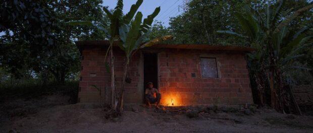Retrato do paraibano José de Araújo, 50, com uma lamparina (sua única fonte de luz a noite), sentado na porta da casa onde mora. Foto por: Daniel Marenco/Agência O Globo