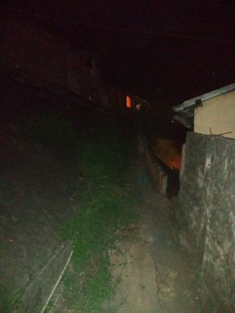 Beco escuro sem nenhum tipo de iluminação pública no Morro do Sereno. Foto por Karina Figueiredo