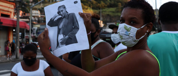 Manifestante segura foto de Kathlen Romeu durante ato em memória da jovem designer. Foto por Alexandre Cerqueira