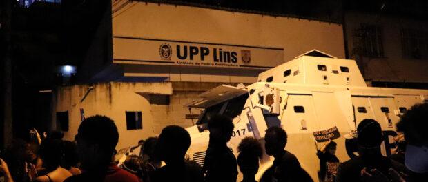 """Moradores chegam na UPP do Lins guarnecida pelo caveirão que antes era chamado de """"pacificador"""". Foto por Alexandre Cerqueira"""