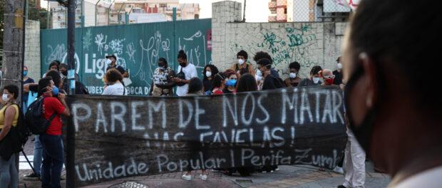 Moradores e pessoas de fora começam a concentração do protesto. Foto por Alexandre Cerqueira