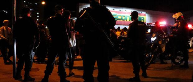 Policiais observam a manifestação antes de chegarem no local do assassinato.Foto por Alexandre Cerqueira