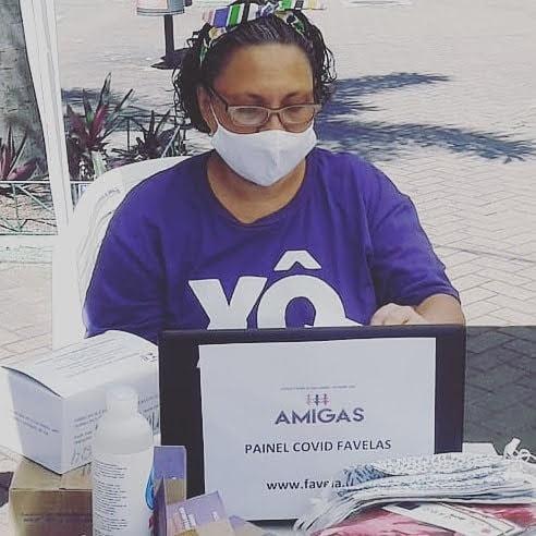 Anna Paula do A.M.I.G.A.S. de Itaguaí realizando ação de coleta de dados e educação. Foto: A.M.I.G.A.S.