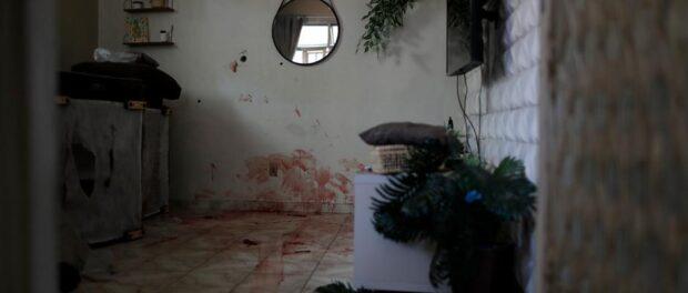 Casa invadida pela polícia sem mandado judicial na favela do Jacarezinho vira local de execução sumária feitas por policiais. Neste dia 28 moradores perderam suas vidas. Foto por: Silvia Izquierdo/AP