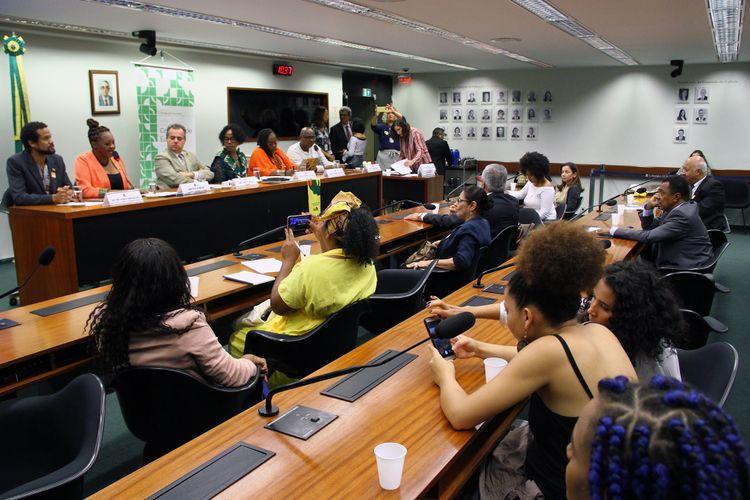 Movimento Negro debatendo e cobrando a aplicação da Lei de Ensino da história da África e da cultura afro-brasileira no Senado.