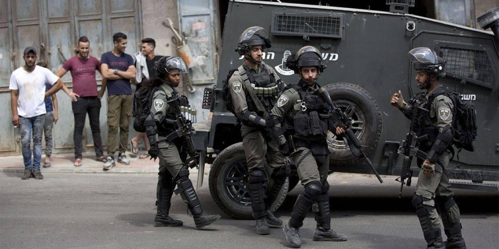 Oficiais da Border Police ou Polícia de Fronteira em área de maioria Palestina