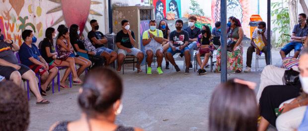 Uma aula da Escola de Letramento Racial da Maré. Foto por: Douglas Lopes