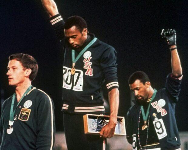 John Carlos e Tommie Smith levantaram seus punhos no pódio fazendo uma saudação do poder negro, dos Pantera Negra, após terem ganhado.