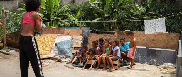 Katia se apresenta para as crianças. Foto por: Alexandre Cerqueira