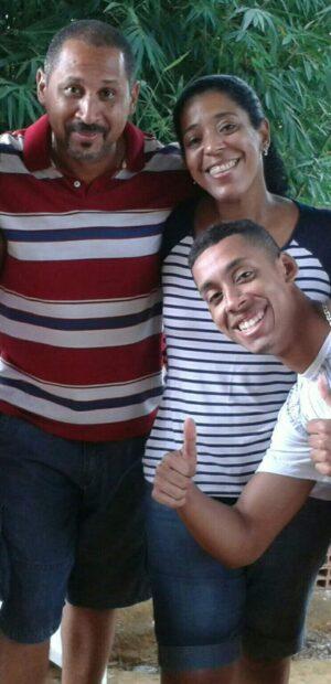 Tiago com seu pai, Ronaldo Marques, e sua mãe, já falecida. Foto de acervo de Tiago Marques de Oliveira