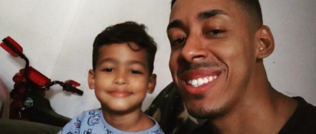 Tiago e o filho Miguel, de quatro anos. O amor pelo filho e o apoio da família motivaram Tiago a manter a esperança durante os dias na cadeia. Foto de acervo de Tiago Marques de Oliveira