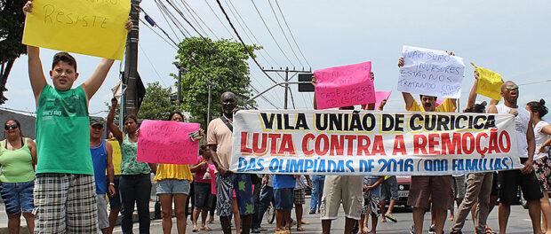Vila União de Curicica em protesto contra remoções olímpicas pré-Rio 2016