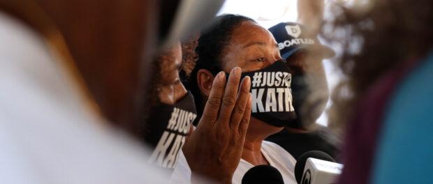A avó de Kathlen pede justiça diante de jornalistas durante o fim da reconstituição do crime.