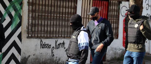 Dos 13 policiais convocados para a reconstituição do crime, apenas 4 se apresentaram. Na foto, 3 deles voltam para a base da UPP do Complexo do Lins depois de prestarem suas versões.