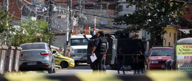 Peritos criminais da Divisão de Homicídios da Polícia Civil na reconstituição do caso que se deu 1 mês e 6 dias depois da sua morte.