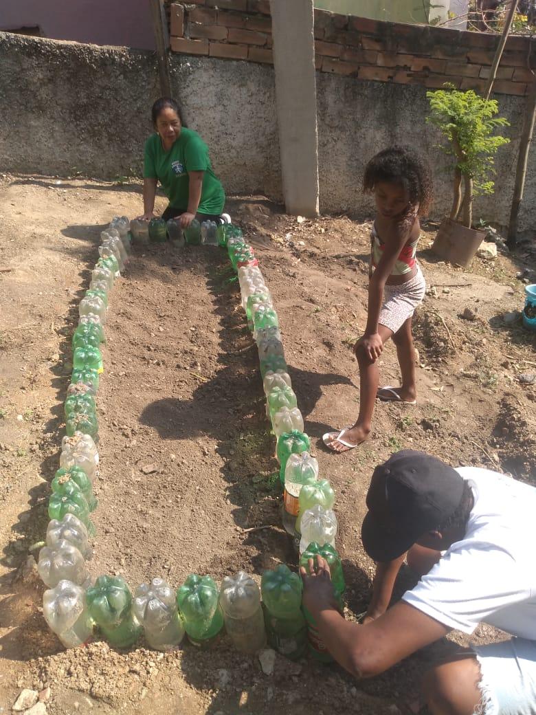 Denise Vieira montando um novo espaço para cultivo. Foto por: Denise Vieira