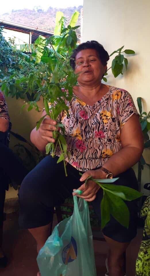 Janaína em dia de palestra contando o que sabe sobre as plantas. Foto por: Marcelo da Paz